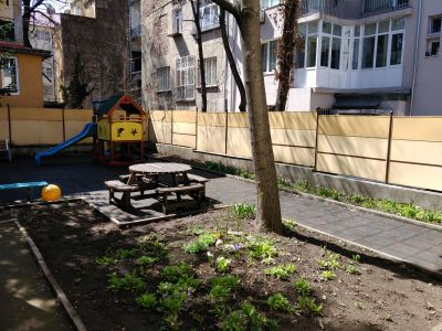 Двор- площадка за игра на бъдещата Първа група - ДГ №100 Акад. Пенчо Райков - София, Оборище